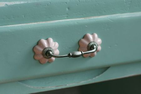 Anthropologie knob with pull bar