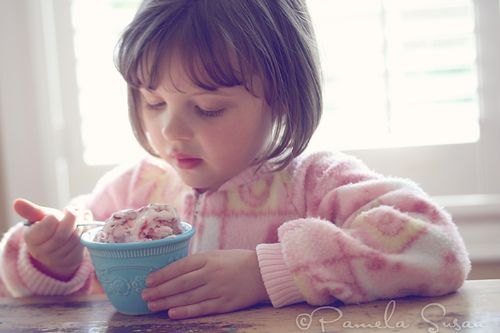 Strawberry-ice-cream-homemade-eating