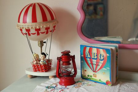 J-room-hot-air-balloon-lamp-decor-children-red-book-vintage