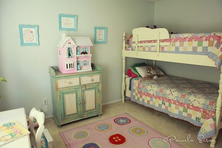 Girls-bedroom-beds-bunk-quilts-10