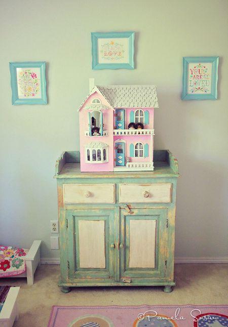 Girls-bedroom-vintage-katie-daisy-art-2